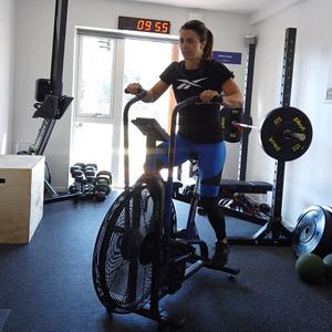 Kristin Holte trener på Assault AirBike