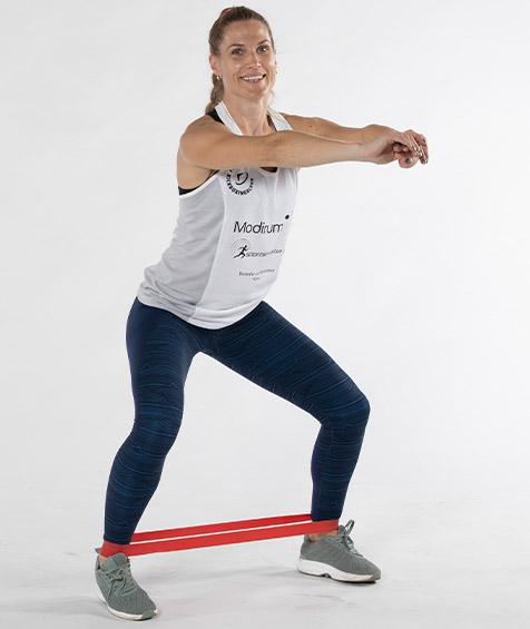 Thea Næss trener med strikk