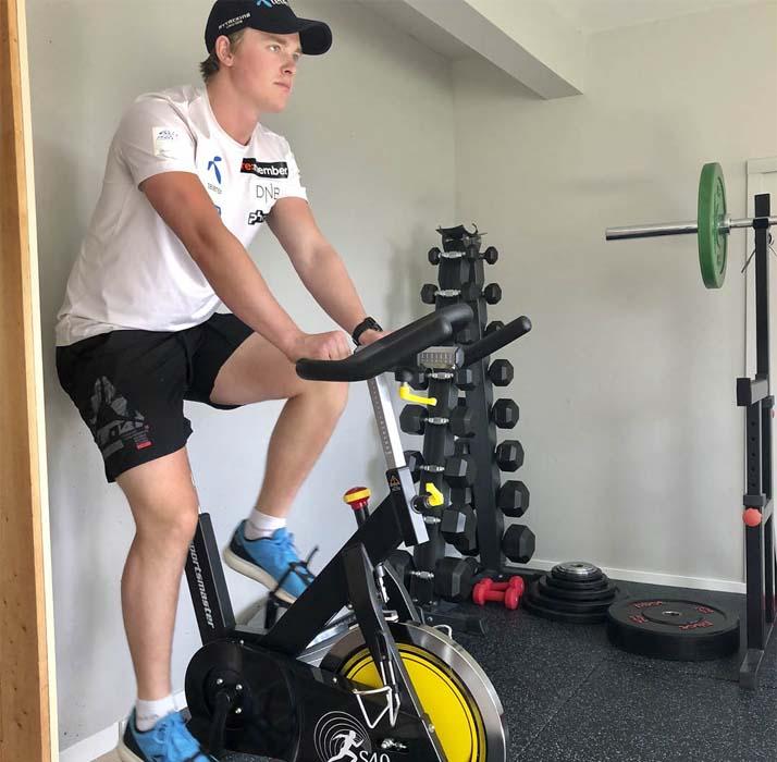 Atle Lie McGrath trener på spinningsykkel