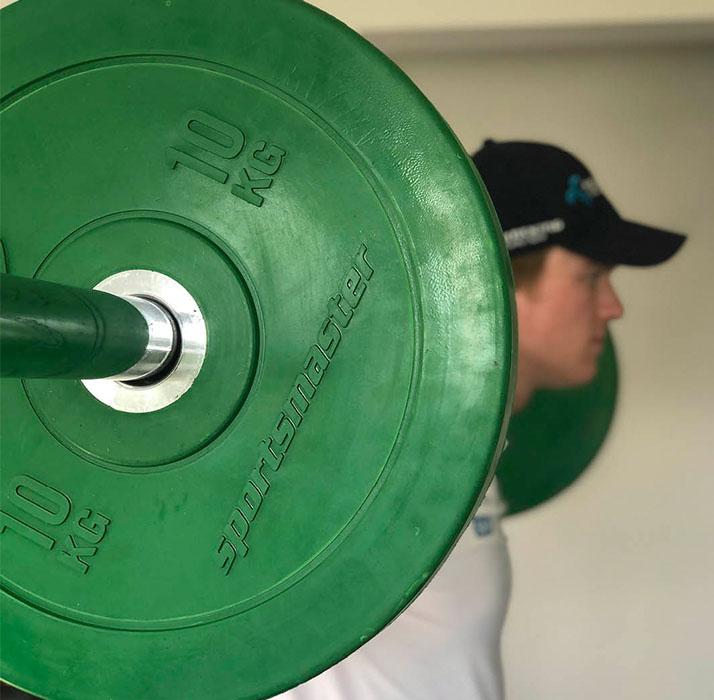 Atle Lie McGrath trener med vektstang og vektskiver