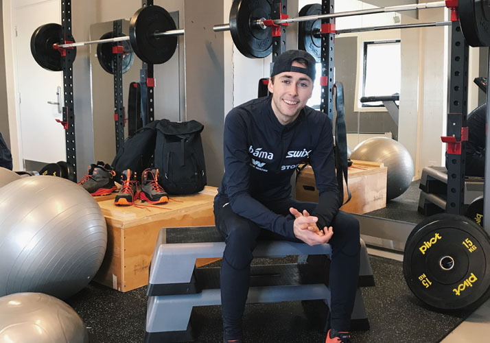 Jarl Magnus Riiber trener i treningsrommet