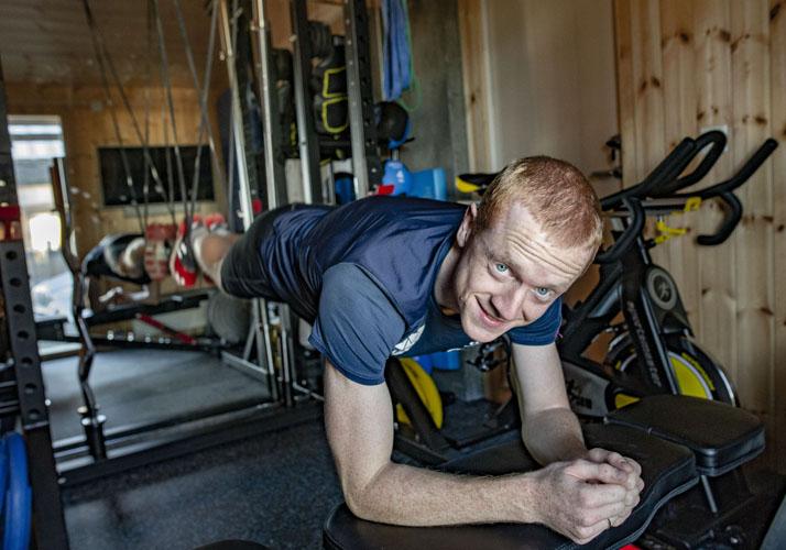 Johannes Thignes Bø trener med strikk i half rack