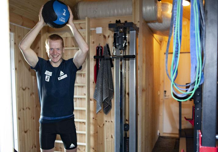 Johannes Thignes Bø trener med medisinball