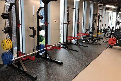 Orkla treningsrom med half rack