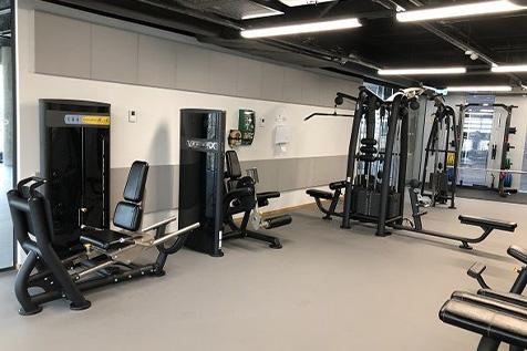Orkla treningsrom med styrkeapparater