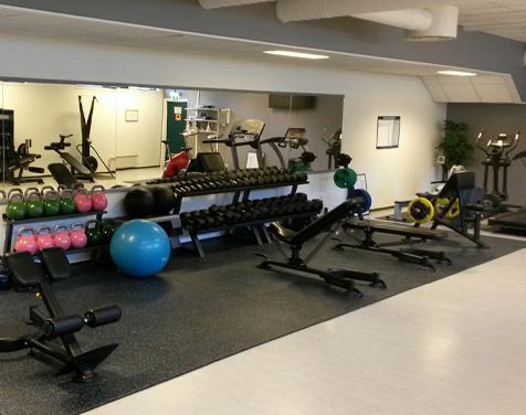 Rykkinn Fysioterapi og Trening treningsrom med kettelebells og manualer