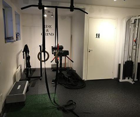 SM Training Kirkenes treningssenter med ringer og ghd