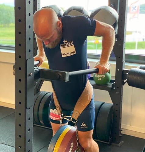 Aleksander Aamodt Kilde viser Chin/pull-ups med vektskive 2