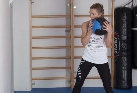 Thea Næss medisinball kast mot vegg startposisjon
