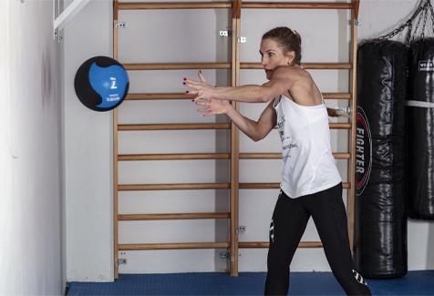 Thea Næss medisinball kast mot vegg