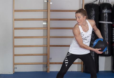 Thea Næss medisinball kast mot vegg rotasjon startposisjon