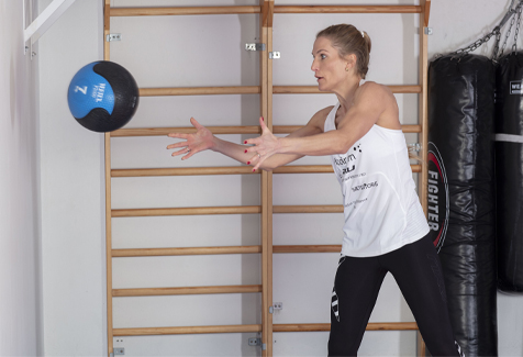 Thea Næss medisinball kast mot vegg rotasjon