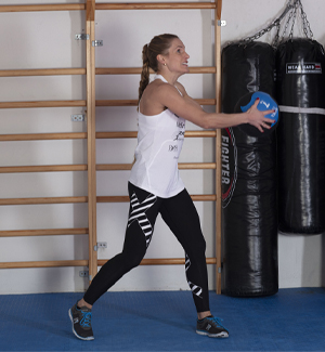 Thea Næss med medisinball startposisjon