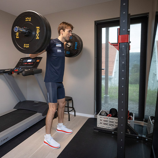 Riiber trener styrke i rack hjemme