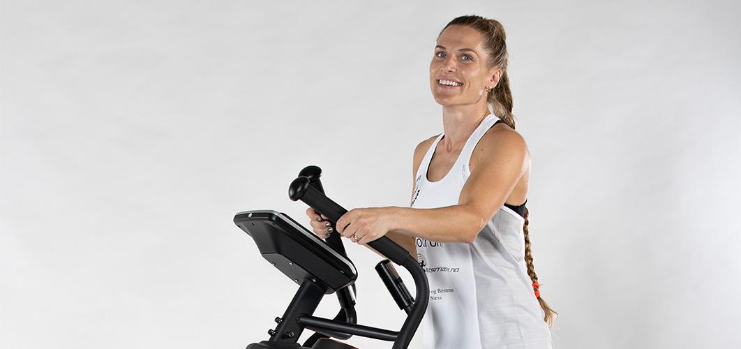 Thea Næss trener på ellipsemaskin